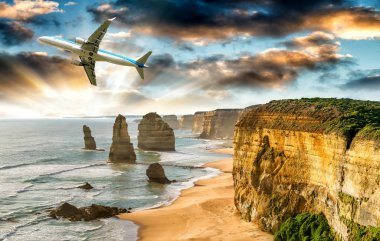 Aircraft over Twelve Apostles, The Great Ocean Road. Tourism con