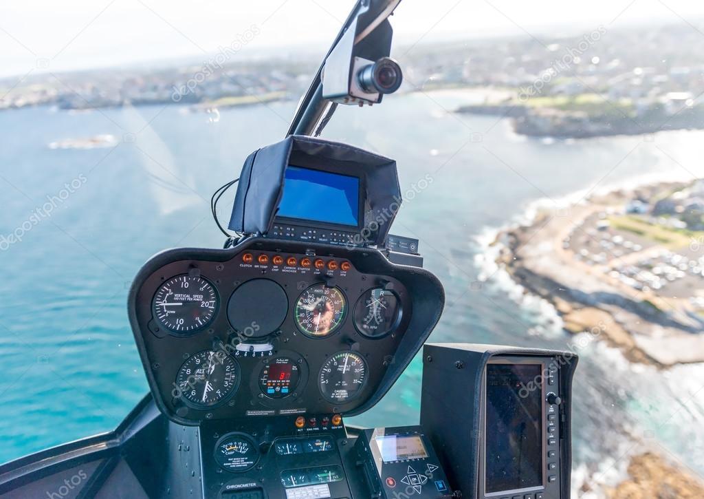 Intérieur de l\'hélicoptère pendant le vol. Poste de pilotage et ...