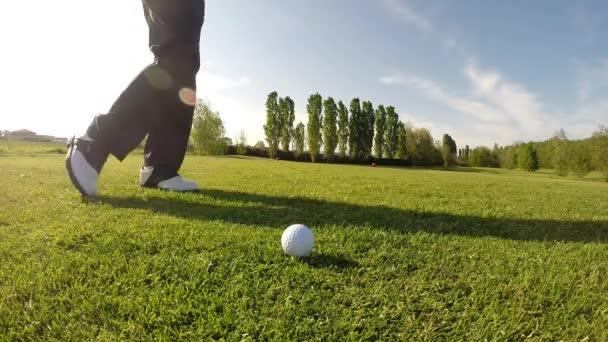Golfista provádí krátké golfu