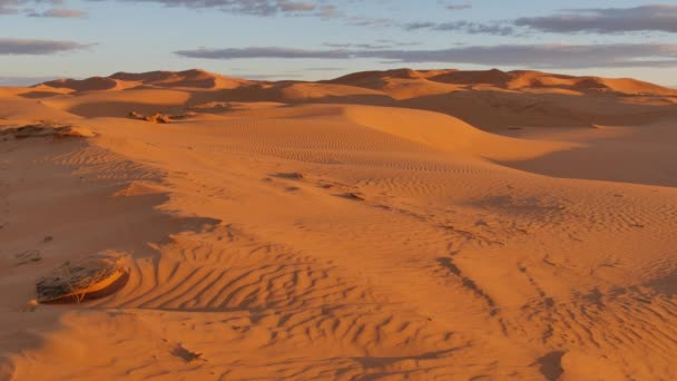 Západ slunce pouště: poslední paprsky světla