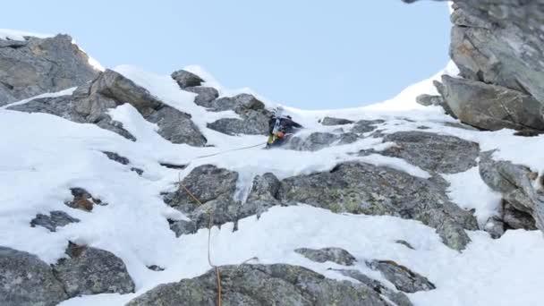 Bergsteiger auf einer Route aus Schnee und Fels