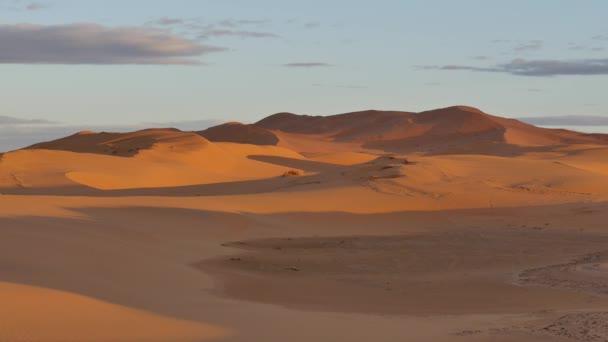 východ slunce v suché pouště