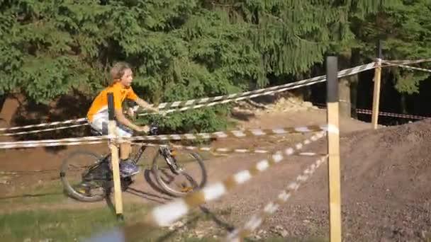 Cyklista jede horské kolo