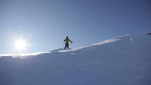 Freerider lyžař pohybuje dolů