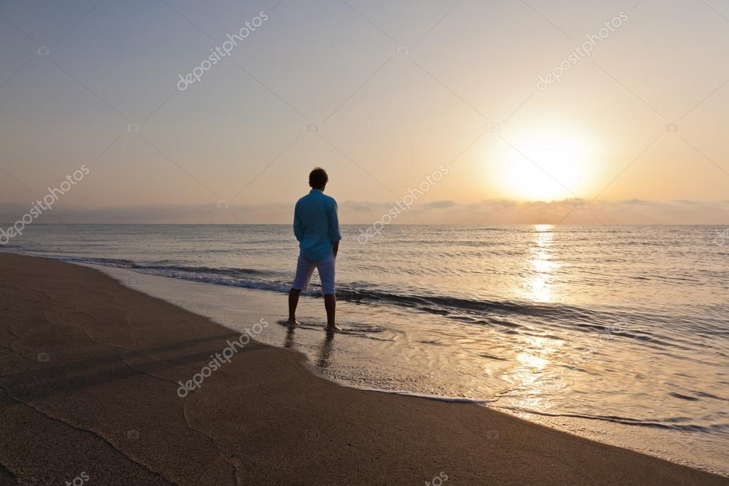 imagenes de hombre solo en la playa