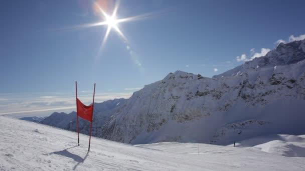 Závodní lyžař, dělá z kopce