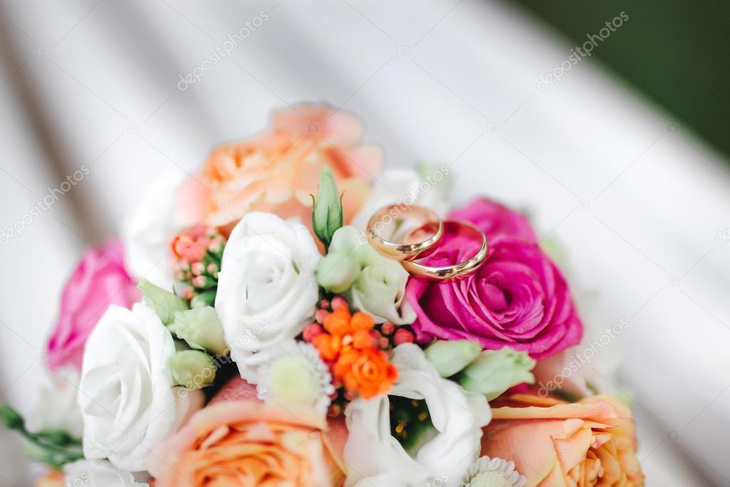 Zwei Goldene Hochzeit Ringe Auf Blumen Makro Erschossen Stockfoto
