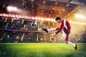Fußballer kickt den Ball