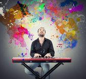 Člověk hraje s klavírem