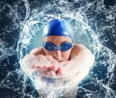 Žena plavec v bazénu