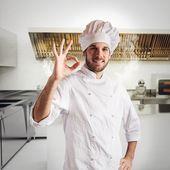 selbstbewusster Koch in der Küche