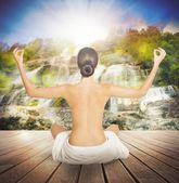nahá žena dělá jógu