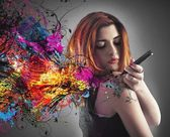 Lány felhívja a tetoválás a karján