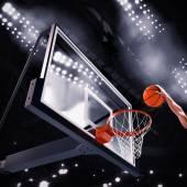 Fotografie Hráč hodí míč do koše