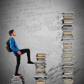 A hátizsák fiú mászik könyvek léptékben