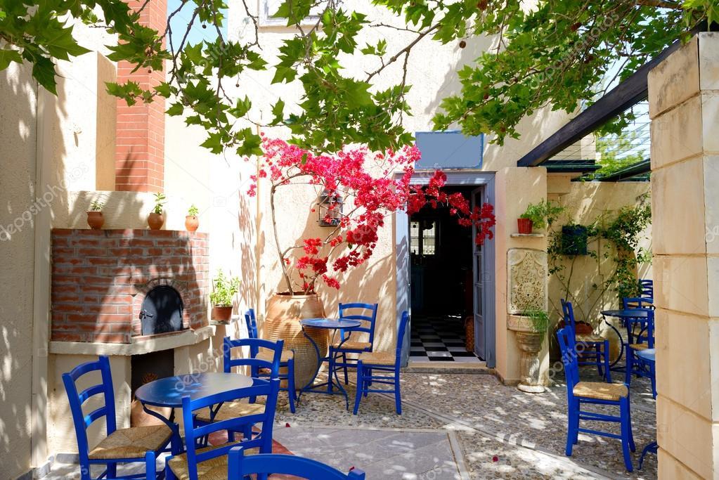 Anfore Con Fiori.L Anfora Con Fiori E Tradizionale Greca Tavolo E Sedie