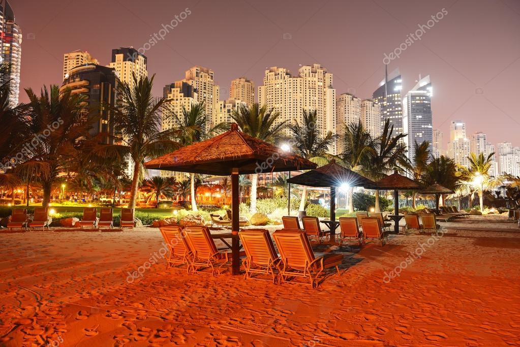Illuminazione notturna spiaggia di lusso hotel dubai emirati arabi