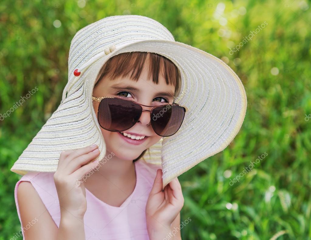 Bambino sorridente in un cappello e occhiali da sole — Foto Stock ... 550ddc4d3eb0