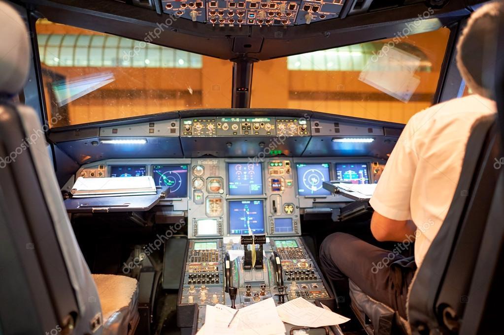 rome italie 4 aot 2015 lintrieur du cockpit de lairbus a320 la famille a320 dairbus se compose de courte moyenne porte fuselage troit