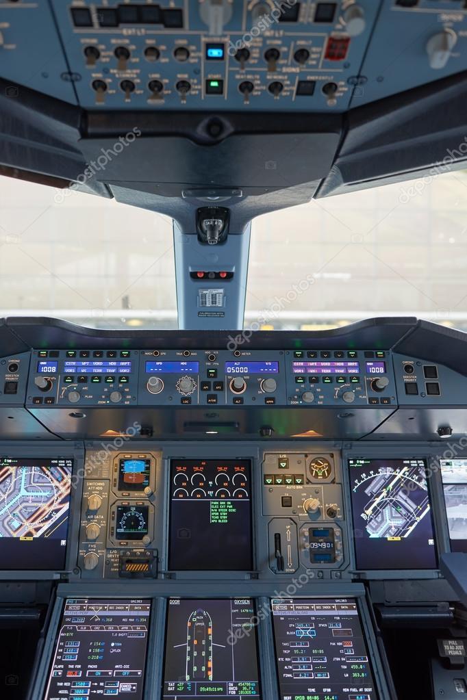 Cabina di pilotaggio di emirates airbus a380 foto for Piani di cabina 32x32