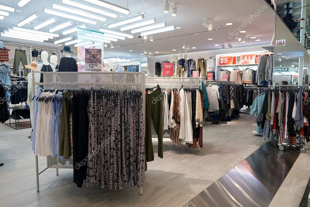 Intérieur du magasin H & M — Photo éditoriale © teamtime #125603764