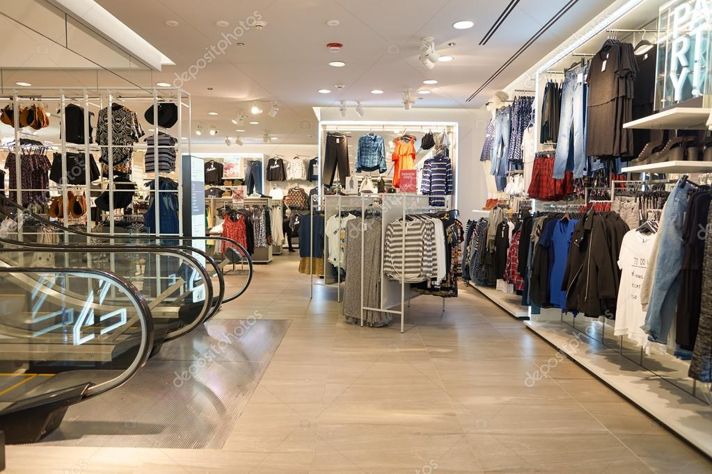 Intérieur du magasin H & M — Photo éditoriale © teamtime #125607556