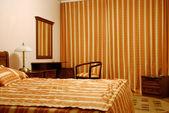 Jedna postel v pokoji