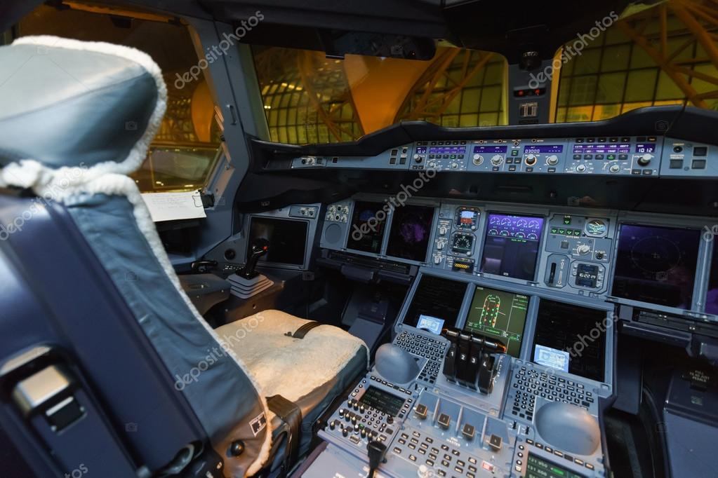Int rieur du poste de pilotage emirates de l 39 avion airbus for Interieur avion