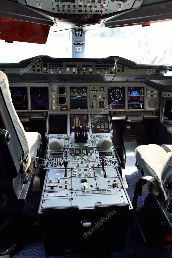 Interiore della cabina pilota di aerei foto editoriale for Cabina a 2 piani