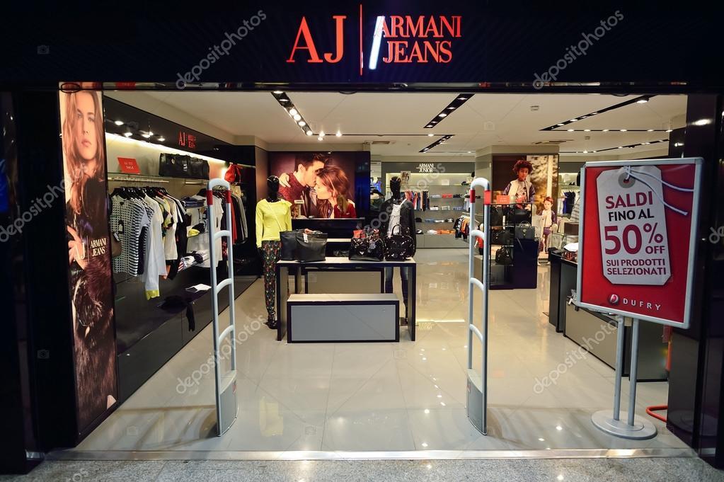 f8d9e2f53 Shop interior in Airport – Stock Editorial Photo © teamtime #98828352