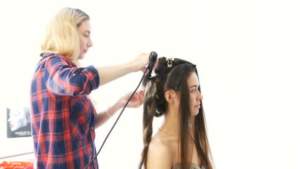 Egy fiatal lány, a kozmetika, hogy a frizura