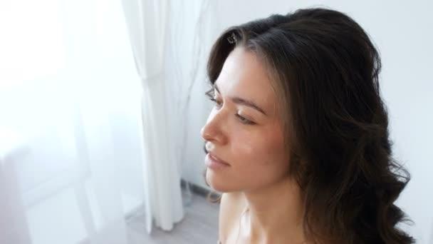 Fiatal gyönyörű nő alkalmazása make-up a sminkes