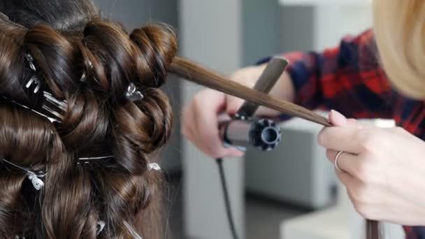 Mladá dívka v salonu krásy, aby účes