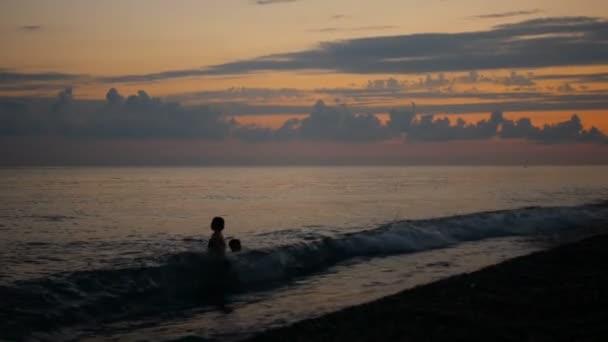 Děti baví ve vodě venku. Šťastné děti radostné malý chlapec a dívka hraje v říční vodě. Letní zábava