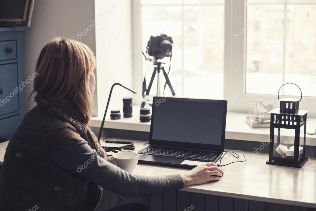 Lieu de travail ouvert ordinateur portable avec écran noir