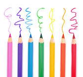 barevné tužky izolovaných na bílém pozadí zblízka