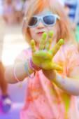 Rádi roztomilá holčička na barevný festival holi
