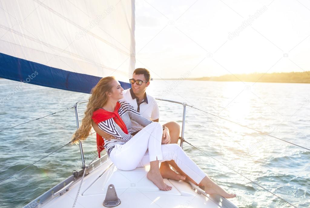 Анальным женщина сняла парня на яхту