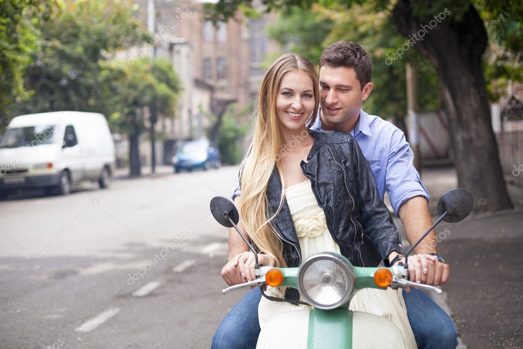 Молодая пара на улице