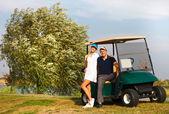 Mladý sportovní pár hrát golf na golfovém hřišti