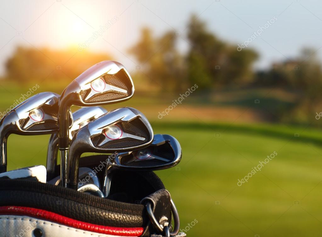 bdb3de684dbb0 palos de golf drivers sobre fondo verde campo — Fotos de Stock ...
