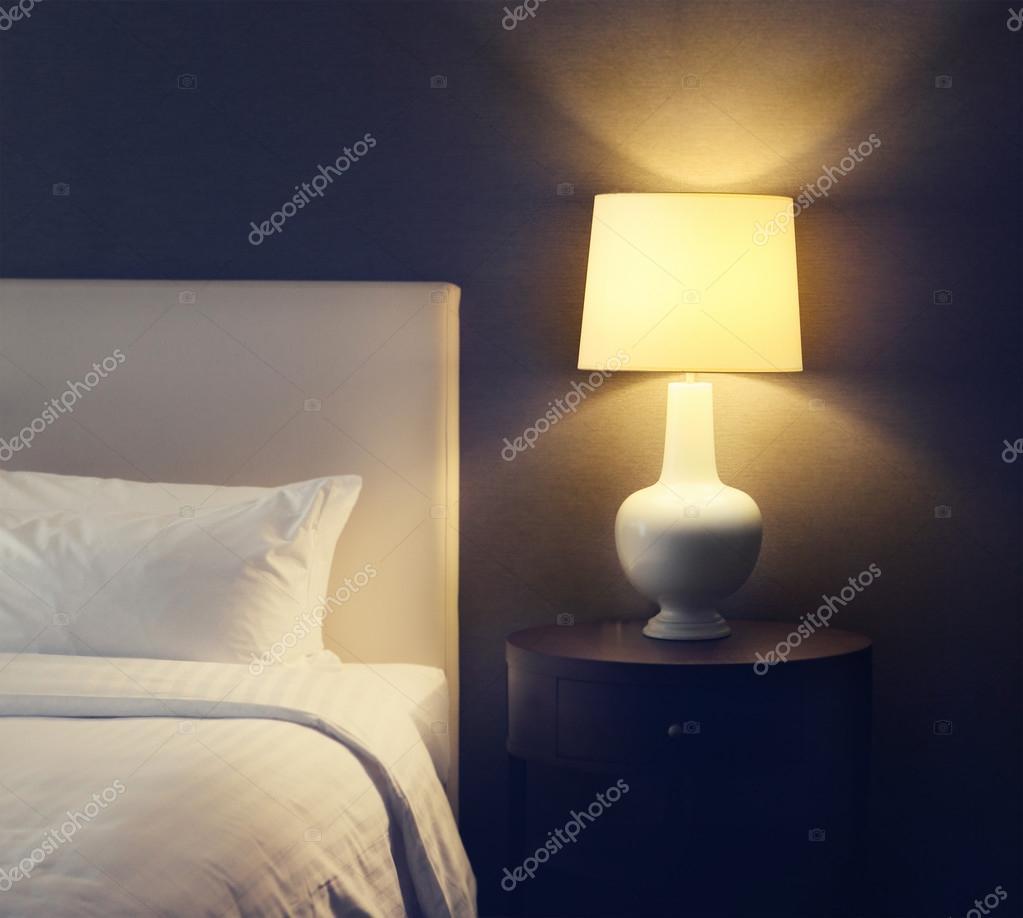 abstracte hotel slaapkamer met lamp en hotel bed met ruimte voor tekst foto van dasha11