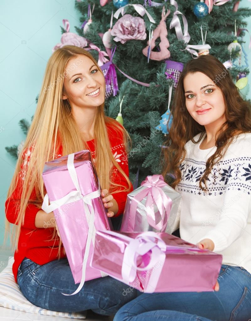 Zwei beste ziemlich Freunde Mädchen öffnen Weihnachtsgeschenke in ...