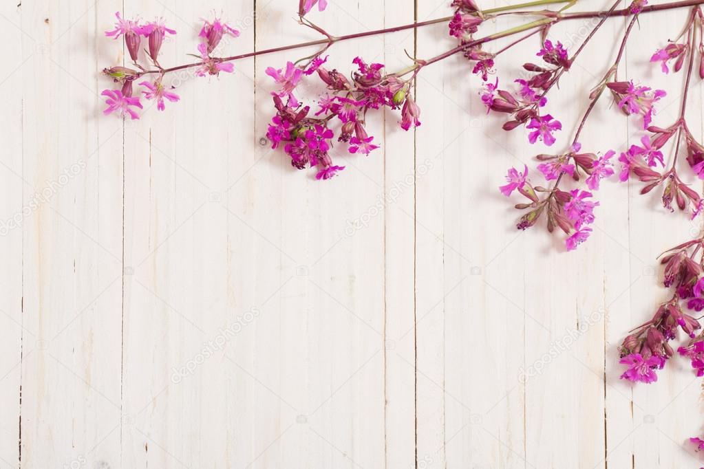 Fondo De Madera Rosa Con Flores Moradas