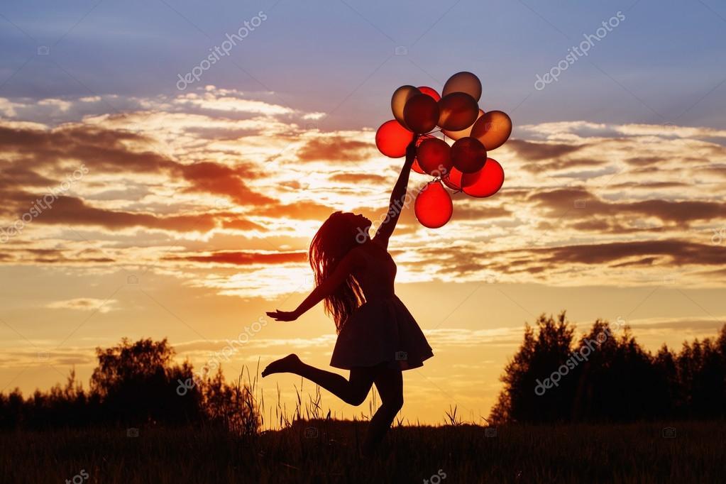 Giovani donne con palloncini al tramonto foto stock - Immagine con palloncini ...