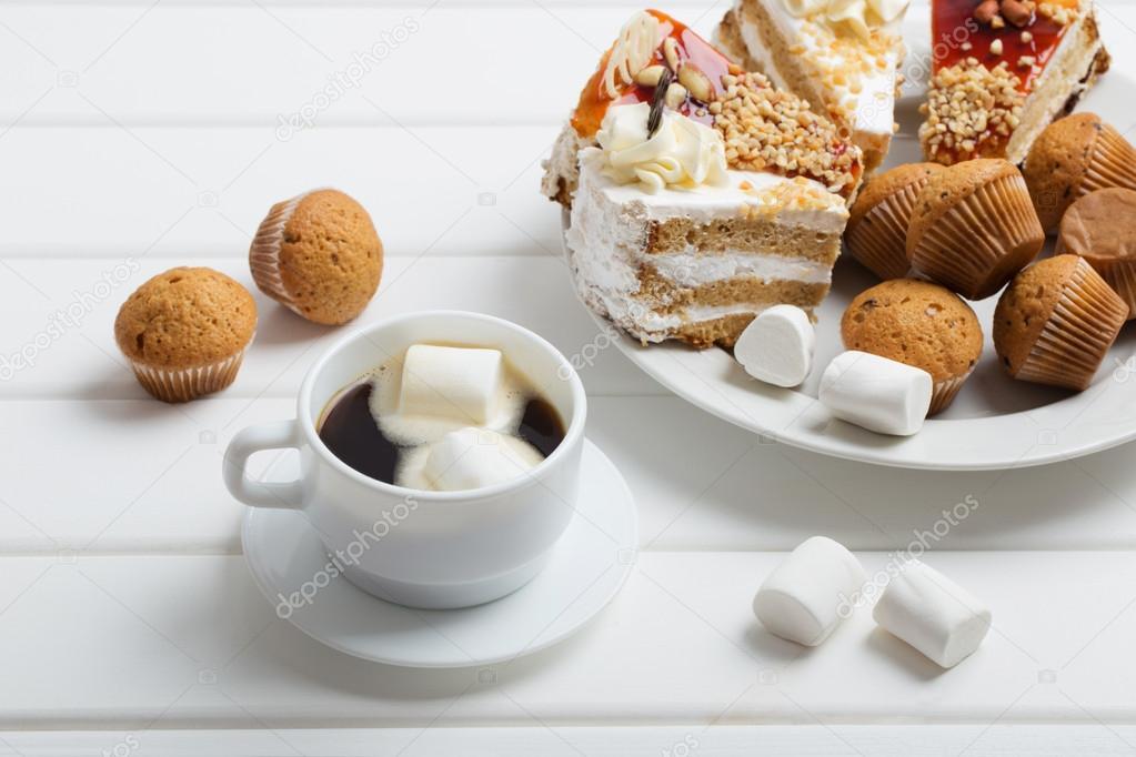 https://st2.depositphotos.com/1001411/5925/i/950/depositphotos_59251421-stock-photo-coffee-with-marshmallow-and-cake.jpg