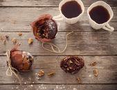 Fotografie Muffin s čokoládou na dřevěné pozadí