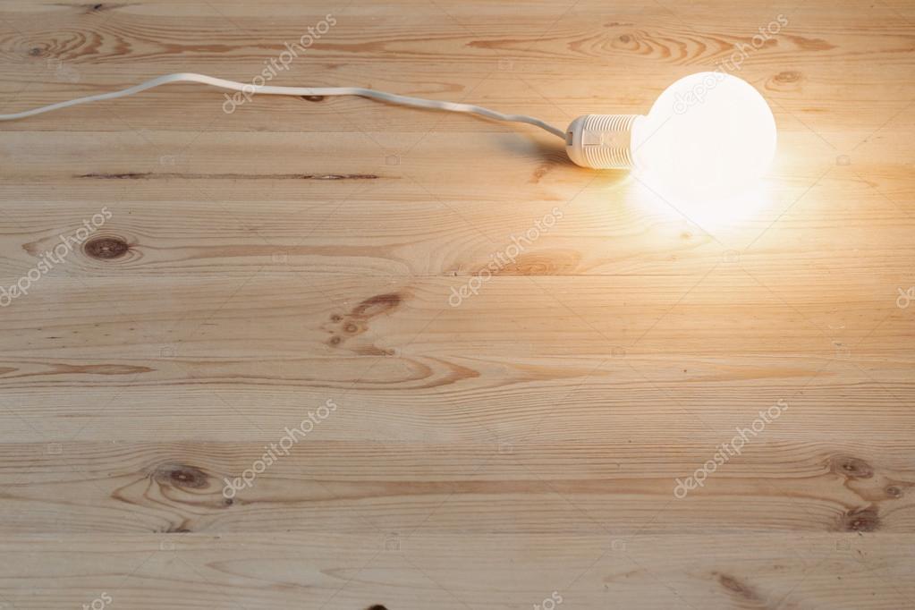 Lampje licht op houten vloer u stockfoto kruchenkova