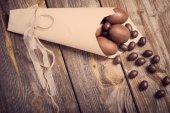 Fotografie Velikonoční vejíčka čokoládová dřevěné pozadí