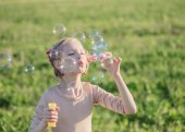 Šťastná dívka s mýdlovými bublinami